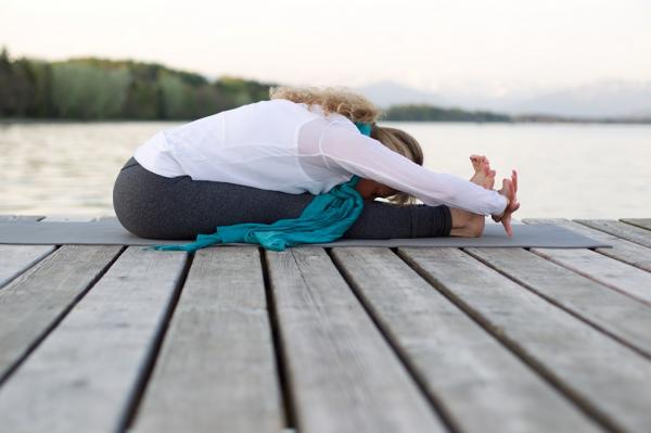 Tư thế yoga ngồi gập người về phía trước