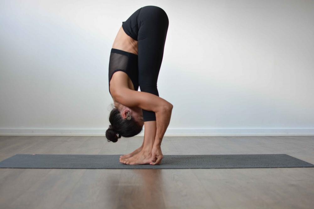 Tư thế yoga gập người về phía trước