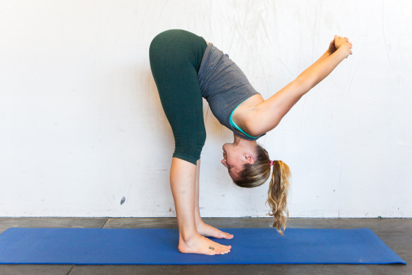 yoga cúi gập người