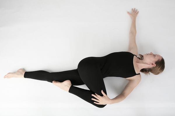 yoga xoắn đầu gối